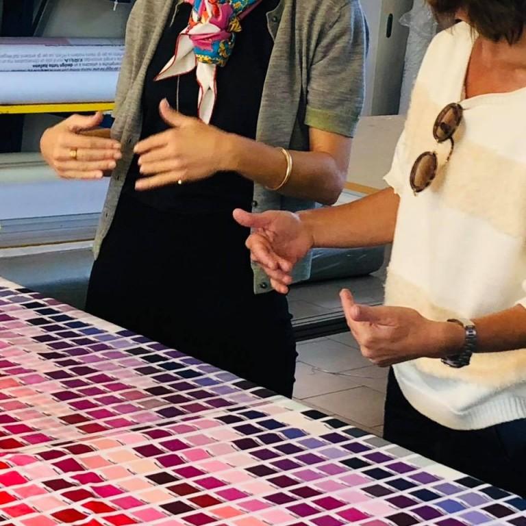 Le mani delle donne mentre progettano.
